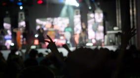 Pubblico del fondo del video di movimento lento di Blured che ondeggia il loro concerto differente del rockband delle mani di Rai stock footage