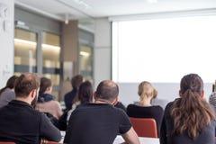Pubblico nel corridoio di conferenza che ascolta la presentazione accademica Fotografie Stock