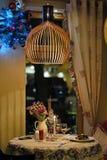 Publicó maravillosamente la tabla en el restaurante en la víspera de la Navidad foto de archivo libre de regalías