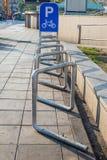 Public de stationnement de bicyclette dans la ville Images stock