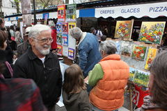 Public painter and buyer on Montmartre Royalty Free Stock Photos