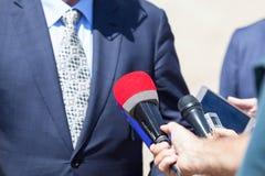 Public relations - PR Microfoons die op witte achtergrond worden geïsoleerd royalty-vrije stock afbeelding