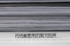 Publicatie op parels met tijdschriften op de achtergrond worden gestapeld die royalty-vrije stock fotografie
