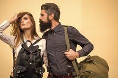 Publicidad de bolsos Pares elegantes en amor Pares con los bolsos Imagen de archivo libre de regalías