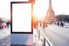 Publicidad de la bandera vacía ascendente falsa en metropolitano en el día soleado hermoso imagenes de archivo