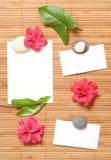 Publicidad de notas con algunas flores Imágenes de archivo libres de regalías