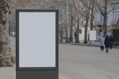 Publicidad del citylight con el lugar claro del anuncio imagenes de archivo