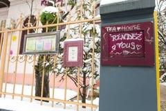 Publicidad en la entrada en una casa de té Fotos de archivo libres de regalías