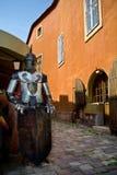 Publicidad medieval - knight llevar a cabo una muestra en blanco Fotografía de archivo