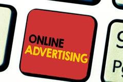 Publicidad online del texto de la escritura de la palabra Concepto del negocio para que márketing del web de Internet promueva pr foto de archivo