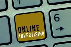 Publicidad online del texto de la escritura de la palabra Concepto del negocio para que márketing del web de Internet promueva pr imagen de archivo libre de regalías
