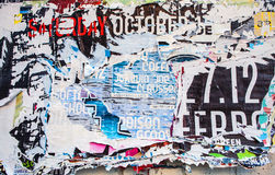 Publicidad rasguñada en la pared de la calle como fondo Foto de archivo