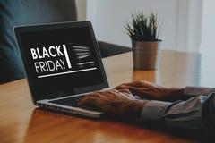 Publicité de Black Friday dans un écran d'ordinateur portable Image libre de droits