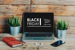 Publicité de Black Friday dans un écran d'ordinateur portable placé au bureau Image stock