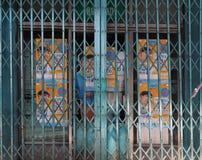 Publicité derrière les portes métalliques de pliage escamotable fermé image libre de droits