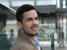 Publicznie przystojny młodego człowieka miejsce stacja, lotnisko (,) zdjęcia royalty free