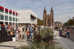 Publiek bij het Walburg-Vierkant met betrekking tot de Wereldkampioenschappen het Leven Standbeelden in Arnhem Stock Fotografie