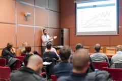 Publiek in conferentiezaal die aan presentatie op handelsconferentie luisteren royalty-vrije stock foto's