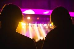 Publiek die op de scène met kunstenaars letten stock foto