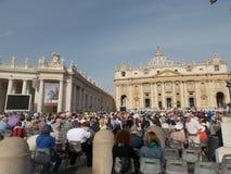 Publiek die op Paus in St Peter Vierkant wachten Royalty-vrije Stock Foto
