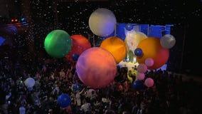 Publiek die pret met ballons op SnowShow hebben door Slava Polunin stock video