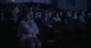 Publiek in donkere bioskoopzaal stock videobeelden