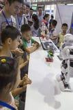 Publiek het letten op robotprestaties in de innovatie en de ondernemerschapsmarkt van Chengdu van 2016 Royalty-vrije Stock Afbeelding