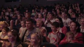 Publiek in theater of in bioskoop wordt toegejuicht die. Pan 2 stock footage