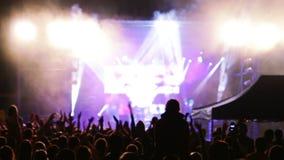 Publikum applaudiert an einem Rockkonzert