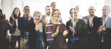 Publikum applaudiert klatschendes Glück-Anerkennungs-Trainings-Konzept Stockbild