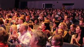 Publikum applaudiert nach der Premiere. stock video