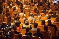 Publikum auf KVN eins von populärem russischem zeigen sich stockfoto