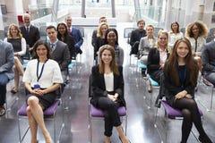 Publikum, das auf Sprecher an der Konferenz-Darstellung hört lizenzfreie stockbilder