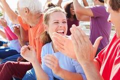 Publikum, das Konzert-Leistung an der im Freien zujubelt Lizenzfreies Stockfoto