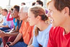 Publikum, das Konzert-Leistung im Freien aufpasst lizenzfreie stockbilder