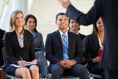 Publikum, das zur Darstellung bei der Konferenz hört Lizenzfreies Stockbild
