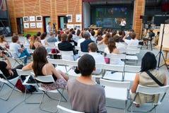 Publikum an der Werkstatt innen Lizenzfreie Stockfotos