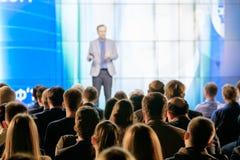 Publikum hört auf den Lektor Lizenzfreie Stockfotos
