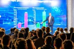 Publikum hört auf den Lektor Lizenzfreies Stockfoto