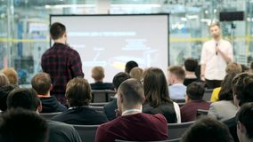 Publikum h?rt auf den Lektor bei der Konferenz stock video footage