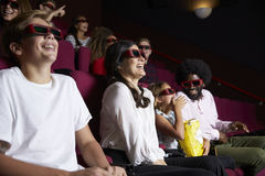 Publikum im Kino, das Gläser 3D Filmkomödie aufpassend trägt lizenzfreie stockbilder
