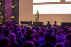 Publikum am Konferenzsaal Stockbilder