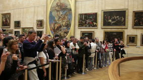 Publikum nahe dem Bild Mona Lisa im Louvre-Museum stock video footage