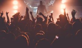 Publikum am Rockkonzert lizenzfreie stockfotos