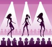 Publikum sieht neue Kleidung am Modebericht Stockbild