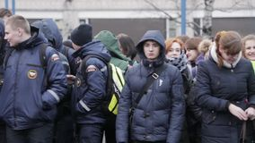 Publikum und Jungen in emercom Jacken bleiben auf Straße Mädchen und Jungen teens stock video