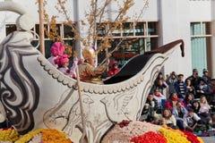 Publikums-überwachende Flöße in der Rose Bowl-Parade Lizenzfreies Stockfoto