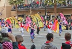 Publikums-überwachende Flagge zögert in der Rose Bowl-Parade Stockfotografie