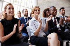 Publikums-applaudierender Sprecher bei der Geschäftskonferenz Lizenzfreies Stockfoto
