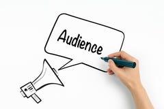 Publikums-Konzept Megaphon und Text auf einem weißen Hintergrund stockfotos